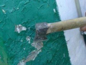 снятие краски со стены топором