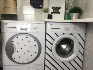 Стиральная машина с принтом в ванной комнате