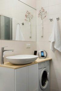 Стиральная машина в маленькой ванной комнате